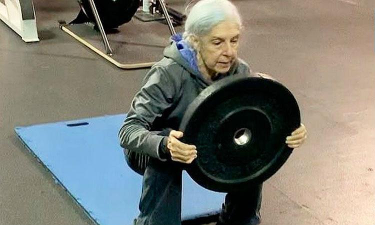 72-летняя женщина пришла в спортзал и люди стали улыбаться. Уже через минуту смешки утихли: женщина показала упражнения, которые с трудом повторяли спортсмены