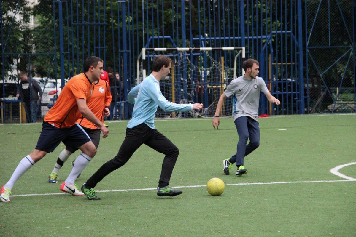 Картинка игра в футбол на футбольной площадке