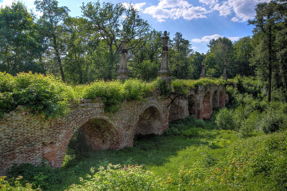 Заросший, но от этого не менее красивый кирпичный мост в Кирицах