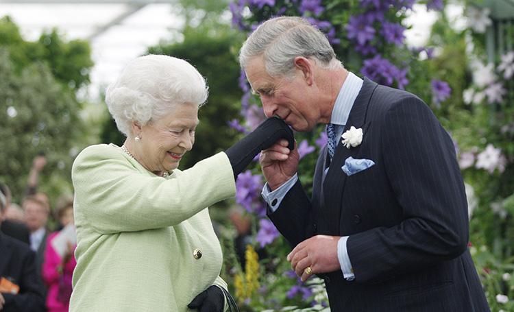 Милое ретро: Елизавета II и принц Чарльз поделились архивными фото в честь Дня матери Монархи,Новости монархов