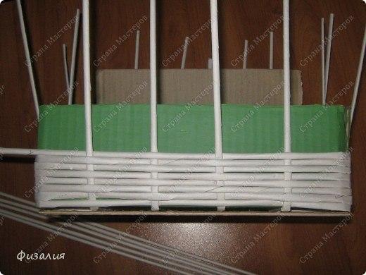 Плетеная из газетных трубочек корзина для бытовых мелочей очумелые ручки
