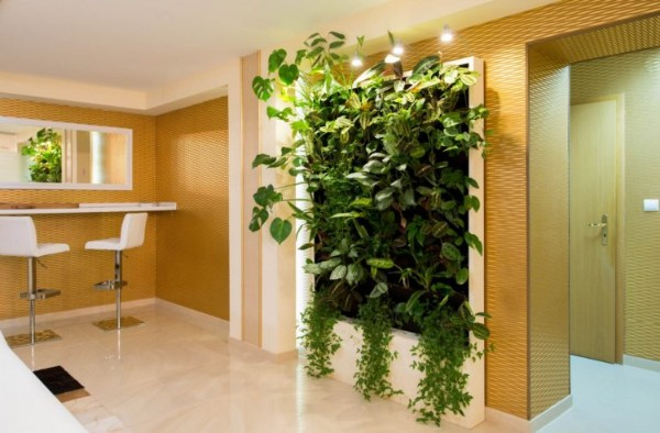 вертикальное озеленение с бежевой гостиной