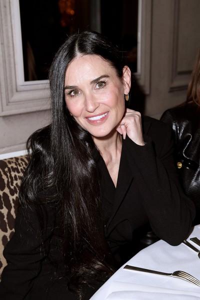Деми Мур вышла на Неделе моды в Париже и все обсуждают ее новое лицо
