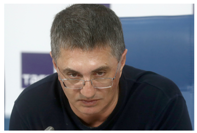 Доктор Мясников оправдал ударившего россиянку в живот силовика