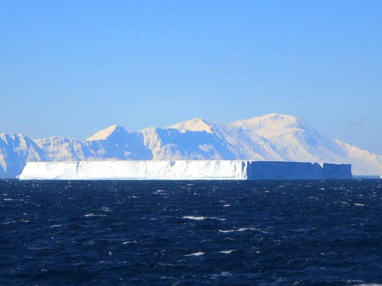Прямоугольный Айсберг дрейфует в Антарктике