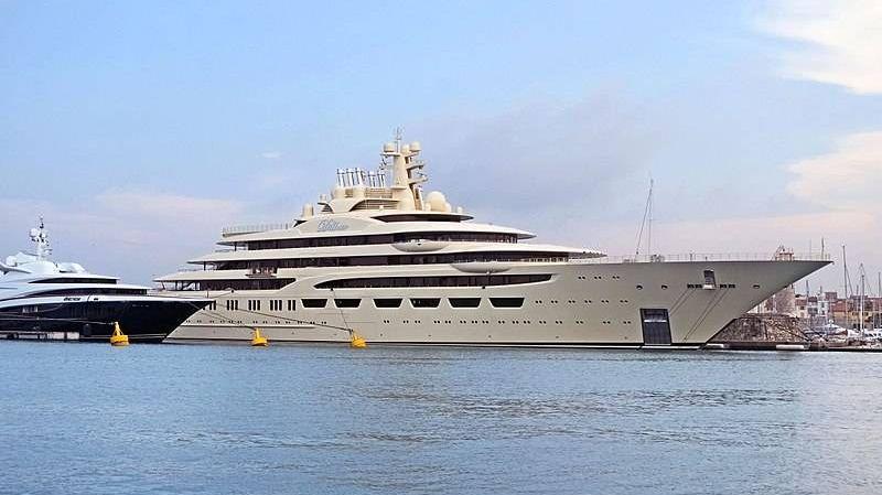 Яхта олигарха из России произвела фурор в Барселоне — она очень большая