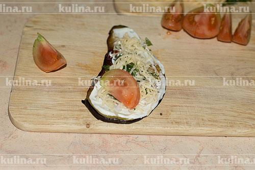 Помидоры нарезать ломтиками. На сыр выложить ломтик томата.