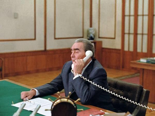 Картинки по запроÑу Брежнев по телефону