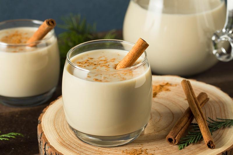 Молочный коктейль Эгг-ног – насыщенный, сладкий, густой кремовый напиток