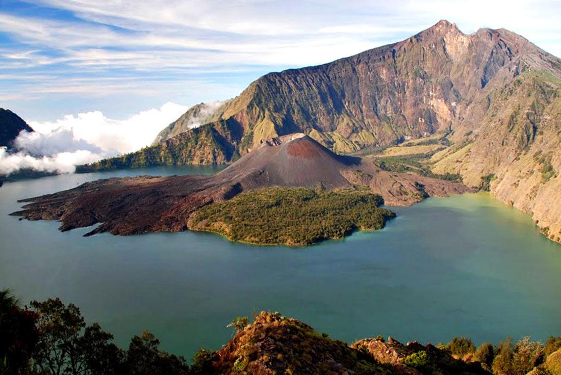 Вулкан Ринджани: одно из самых красивых мест Индонезии Ринджани, которые, также, священной, который, Вулкан, вулкан, озера, озеру, вулканом, острова, балийцев, время, находится, привлекает, которая, озеро, пекелан, называемой, церемонии