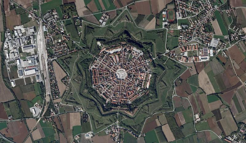Симметричный город-крепость в Италии