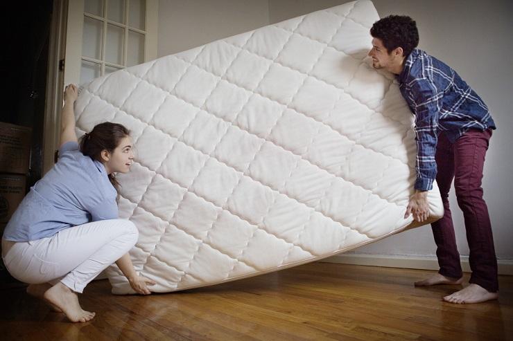 8 привычных вещей, которые лучше убрать из вашей спальни