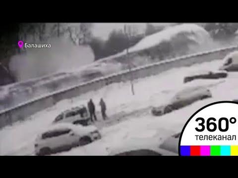 Не выдержала крыша: 20 автомобилей погребено на крытой стоянке