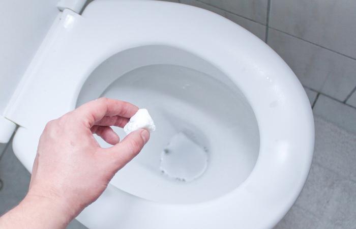 Бросьте шипучку в унитаз, и отличный результат гарантирован.