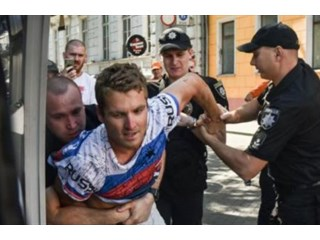Полицейские стали пособниками фанатичных патриотов по своей воле. Интервью с адвокатом американца, арестованного за футболку с надписью «Russia» украина