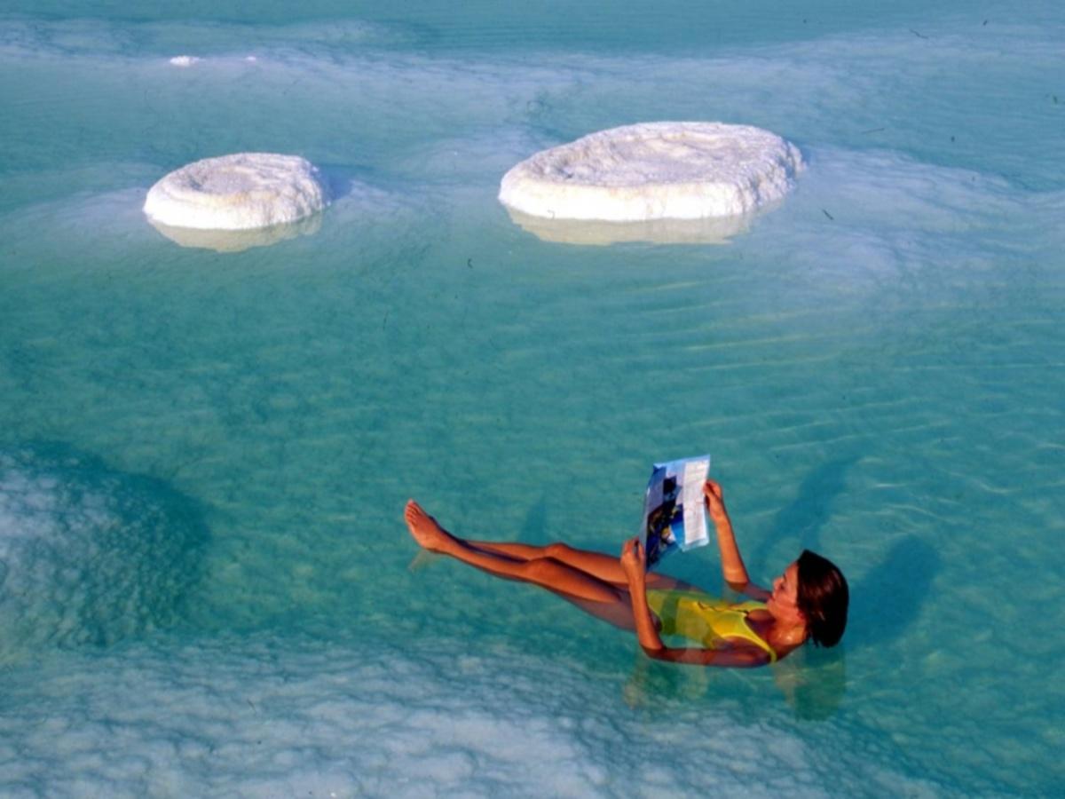 Кстати, в нем нельзя утонуть из-за высокой плотности морской воды: 1.4 г/мл, на 40% больше, чем в обычной!