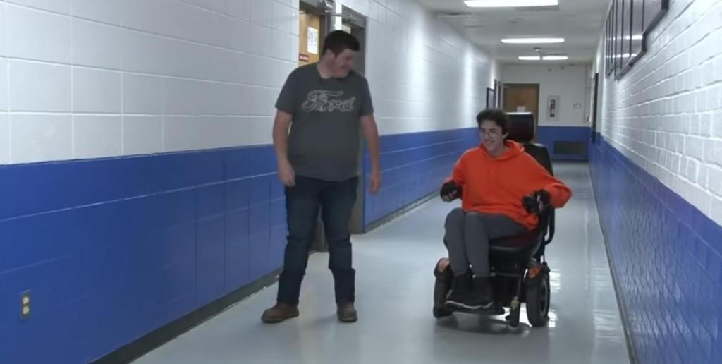 Подросток два года откладывал заработанные деньги, чтобы купить другу инвалидную электрическую коляску
