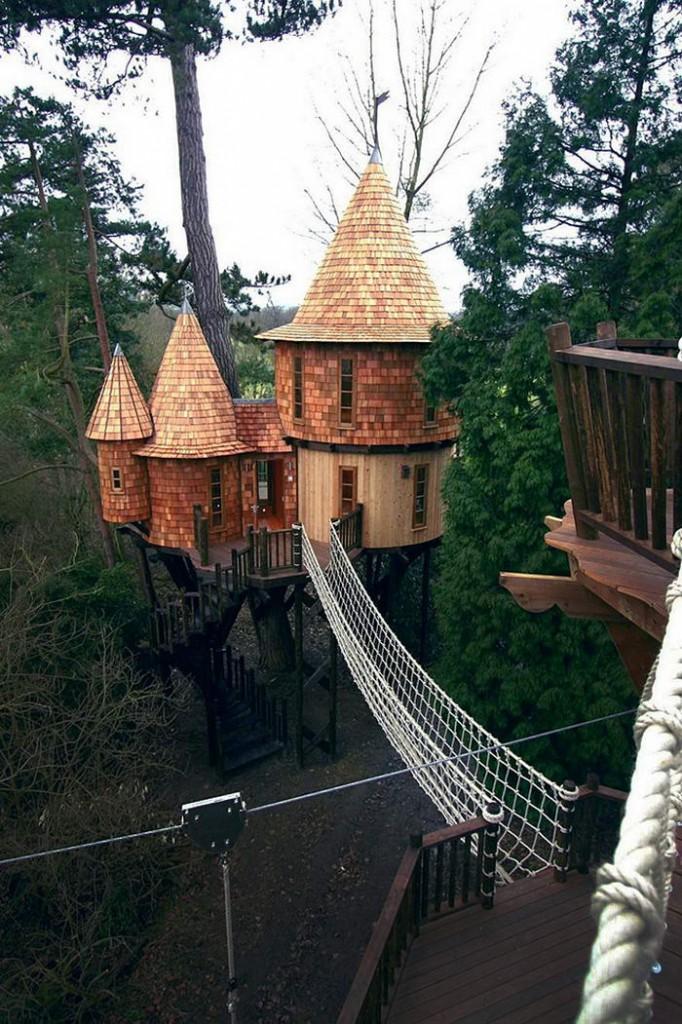 5. Замок на дереве. Этот уникальный замок расположен в Великобритании. Дом имеет веревочный навес-мост для перемещения.