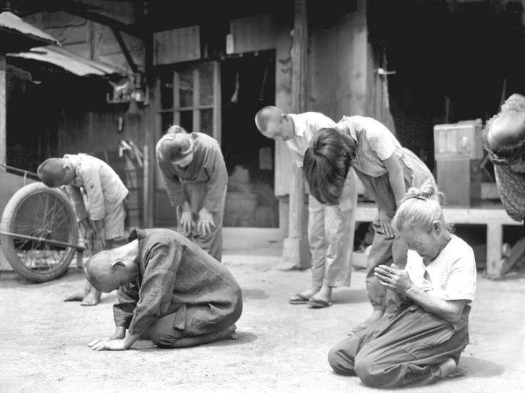 Японцы слушают сообщение императора о капитуляции. Япония, 15 августа 1945 года история, ретро, фото