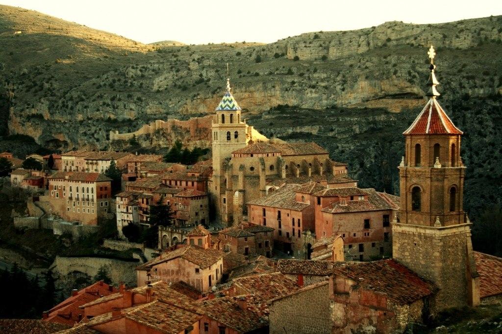 Альбаррасин- это один из прекраснейших городов Испании и уникальное место, располагается в провинции Теруэль в Арагоне.