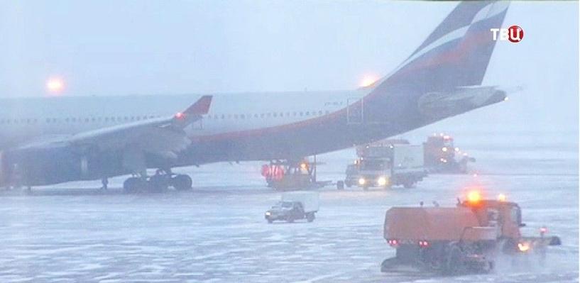 В аэропортах Москвы из-за снегопада отменили и задержали свыше 40 рейсов
