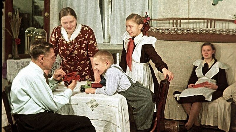 Пекарь С.И. Мельников с семьей в новой квартире. Фотограф Олег Кнорринг, 1951 год СССР, фото, это интересно