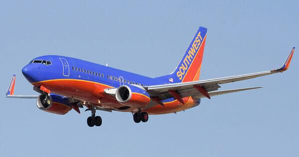 Пилот разворачивает самолёт …