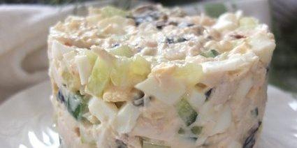 Салат с черносливом, курицей, яйцами и огурцом