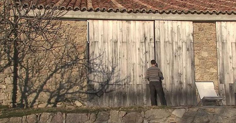 Цей хлопець живе з сім'єю в покинутому корівнику.  Коли він відкрив двері, я ахнув!