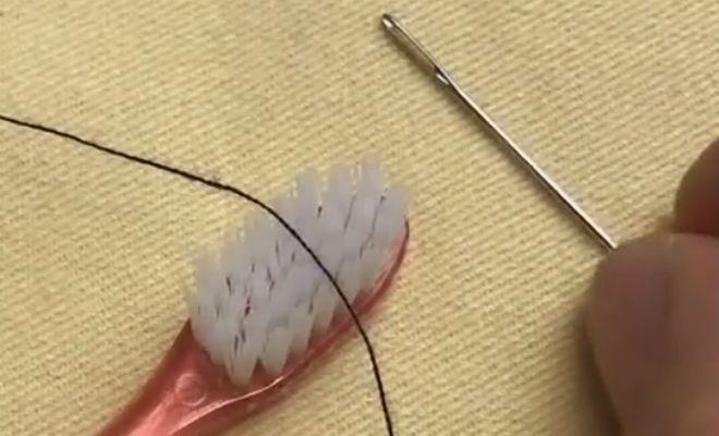 Вдеваем нитку в иголку обычной зубной щеткой