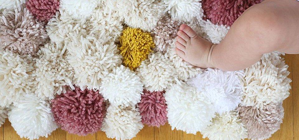 «Хризантемы» на полу, или Как сделать коврик из помпонов своими руками