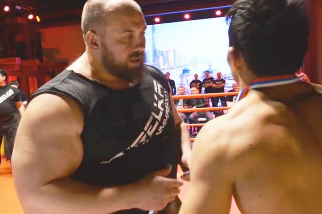 Накачанный ММА-боец вышел против хилого спортсмена и получил урок за самоуверенность