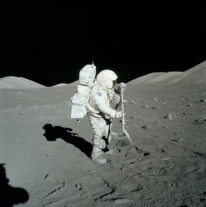 """Россия будет использовать опыт американских лунных экспедиций, совершённых по программе """"Аполлон"""", для подготовки своих миссий на Луну."""