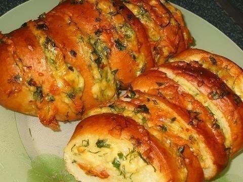 Хрустящий хлебушек, пропитанный маслом, сыром и чесночком