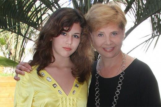 Дочь Татьяны Догилевой откровенно об анорексии: «Мама вставала на колени и умоляла меня поесть»