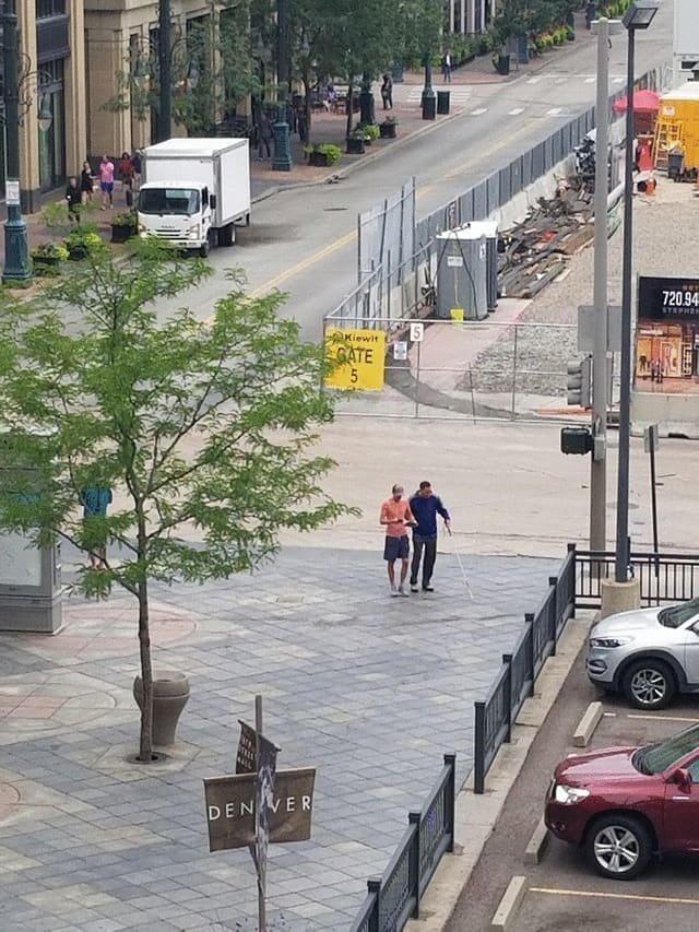 14. Парень помогает незрячему человеку сориентироваться и пройти те улицы, которые были обнесены из-за строительства. Эти изменения могли хорошенько запутать мужчину, но помощь подоспела вовремя в мире, добро, истории, люди, позитив, фото