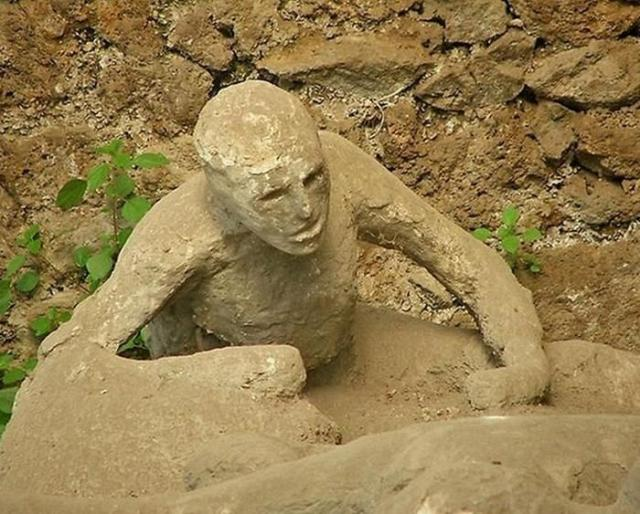 Извержение Везувия превратило людей в окаменевшие статуи