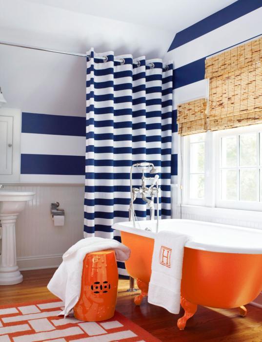 Ванная комната с двумя основными цветовыми акцентами.