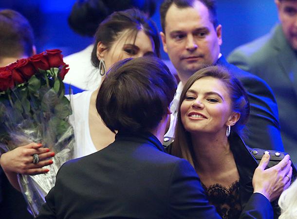 Алина Кабаева расцеловалась с Галкиным