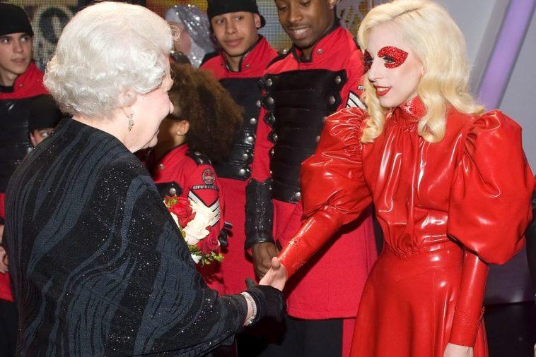 Что знаменитости надевали на встречу с английской королевой?