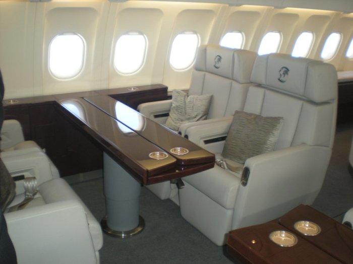 Самолет Канцлера очень скромен.
