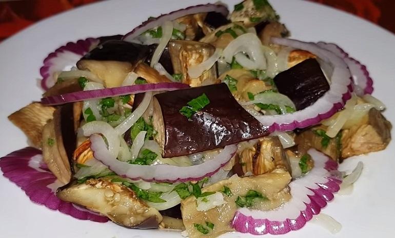Закуска из баклажанов с салатом из лука и зелени: и мяса не захочется