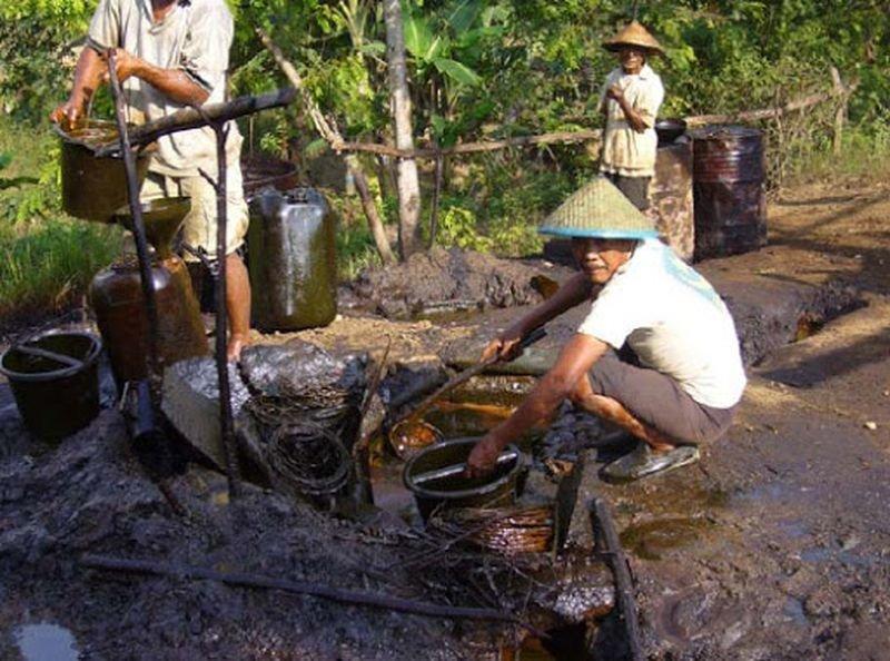Универсальный сепаратор-деэмульгатор-водогазоотделитель. Здесь нефть отделяется от газа и воды, разрушается эмульсия, полученная в результате сепарации. После этого нефть готова к транспортировке на нефтеперерабатывающий завод в мире, добыча, индонезия, люди, нефтедобыча, нефть, скважина