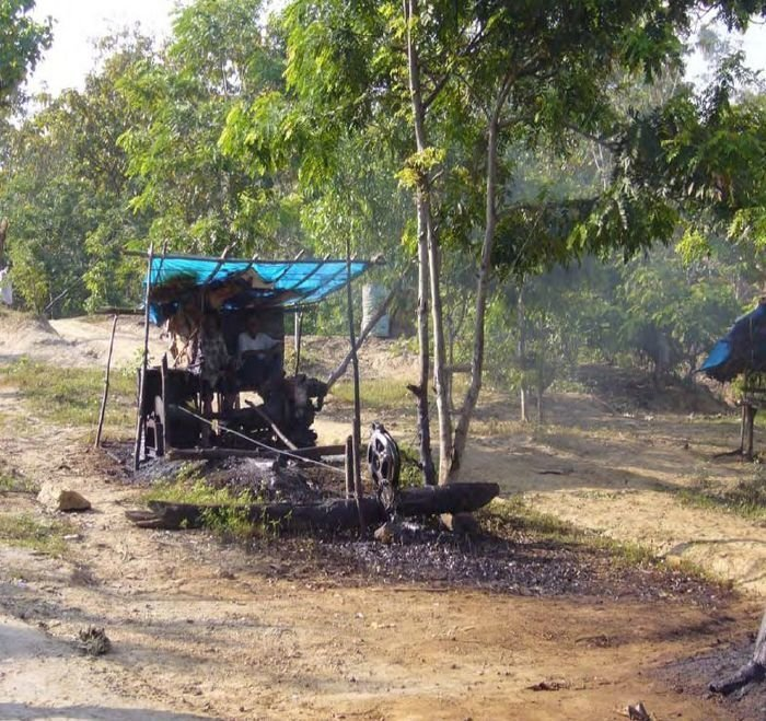 Одна из самых производительных скважин. Привод насоса (двигатель от грузовика) размещают на тележке. Весьма производительная механическая добыча, никакого ручного труда в мире, добыча, индонезия, люди, нефтедобыча, нефть, скважина