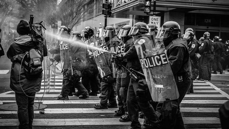 Французская полиция «смывает…