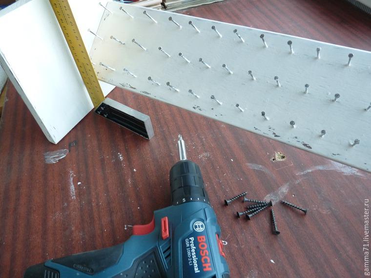 Как быстро сделать полку для хранения катушек с нитками