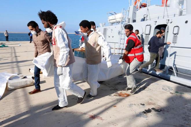 Стая кровожадных акул атаковала лодки. Мир шокирован тем, что случилось дальше! Мигранты, человек, ужасной, плавающих, плотов, беженцы, пострадали, однако, пребывают, глубочайшем, шокеВокруг, множество, видели, здесь, четыре, Большие, между, несколько, синие, акулы