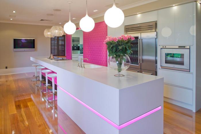 Лакированное розовое подстолье с каймой – эффектный компаньон для белой мраморной столешницы.