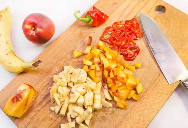 подготовка фруктов и овощей к соусу для куриных крылышек