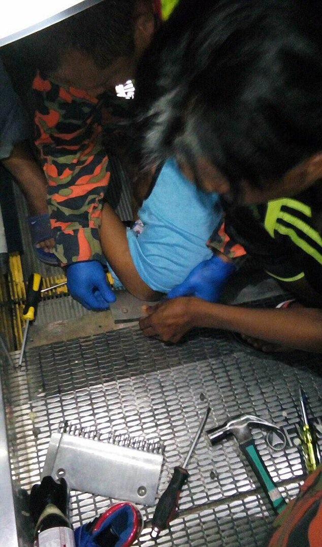 3-летний мальчик сидел на ступеньках эскалатора. От произошедшего потом берет озноб...